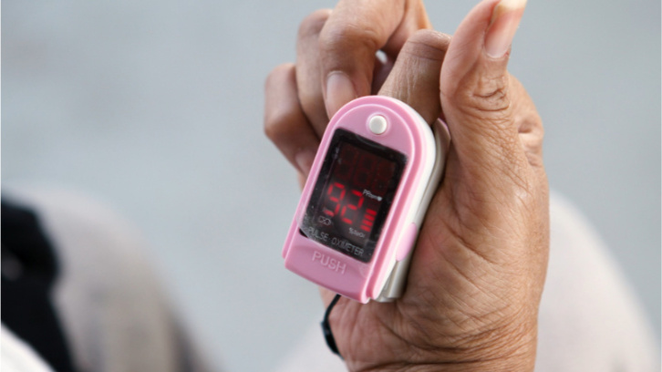 woman-using-a-pulse-oximeter